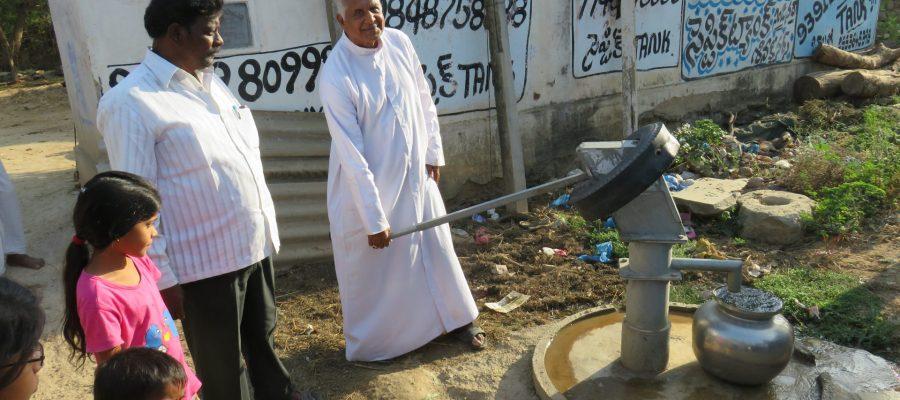 Bischof Maipan bei der Einweihung eines neuen Brunnens in Indien.