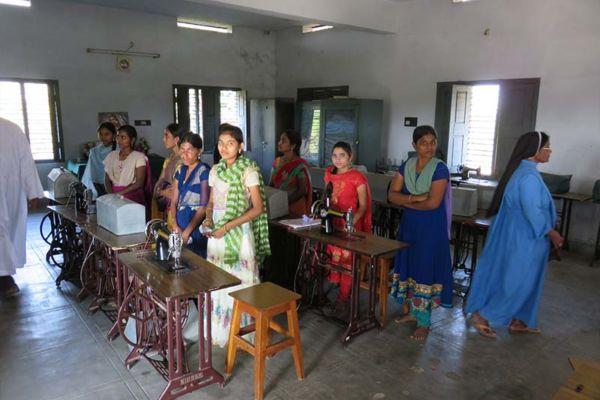 Indien: Eine neue Klasse von Schneiderinnen verabschiedet
