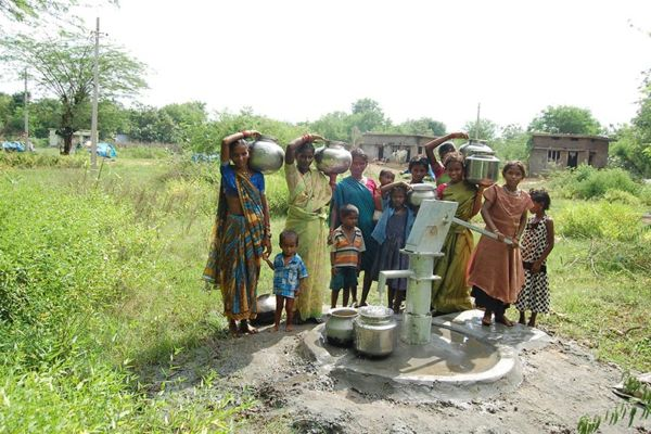 Indien: Trinkwasser- Brunnen sprudeln